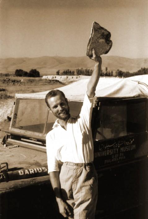 Robert Dyson et le bol en or de Tepe Hasanlu, 1958