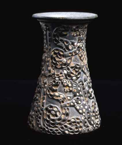Vase tronconique de la civilisation de Jiroft avec une scène de combat entre des félins et des serpents