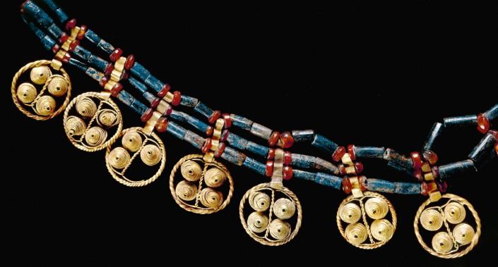 گردنبند کشف شده از گورستان سلطنتی اور (میانه هزاره سوم پیش از میلاد)